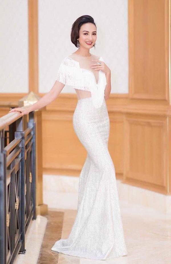 Váy dạ hội dáng đuôi cá của nhà thiết kế Minh Tú là trang phục thường được Ngọc Diễm lựa chọn khi làm MC và tha gia các sự kiện hoành tráng.