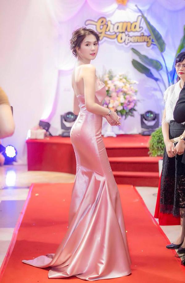 Sau một thời gian lăng xê các kiểu đầm xoè công chúa, váy bất đối xứng, đầm suông dáng rộng... các người đẹp Việt lại trở về với mốt váy ôm sát body.