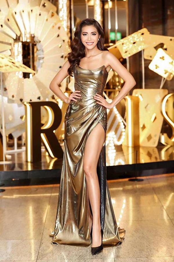 Minh Tú được khen ngợi, đẹp tựa một nữ thần khi khoác lên mình bộ váy ánh vàng gold của nhà thiết kế Chung Thanh Phong.