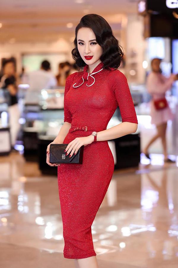 Xuất hiện tại sự kiện với bộ cánh đỏ kiểu dáng đơn giản, nhưng Angela Phương Trinh vẫn ghi điểm nhờ phom dáng ôm tôn thân hình đồng hồ cát.