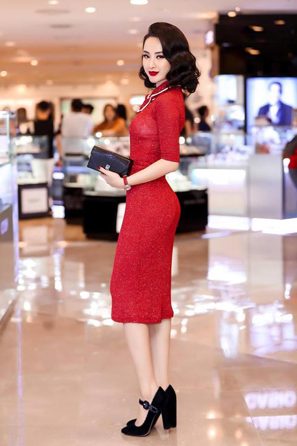 Nhà thiết kế Kim Khanh sử dụng vải thun kim tuyến để tạo nên mẫu váy làm nổi bật đường cong của người mặc.