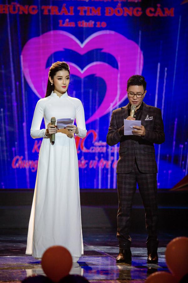 Bạn dẫn của Á hậu trong sự kiện là MC Trịnh Lê Anh. Với kinh nghiệm nhiều năm, Trịnh Lê Anh đã tư vấn và cho người đẹp những lời khuyên để cả hai kết hợp ăn ý cùng nhau.