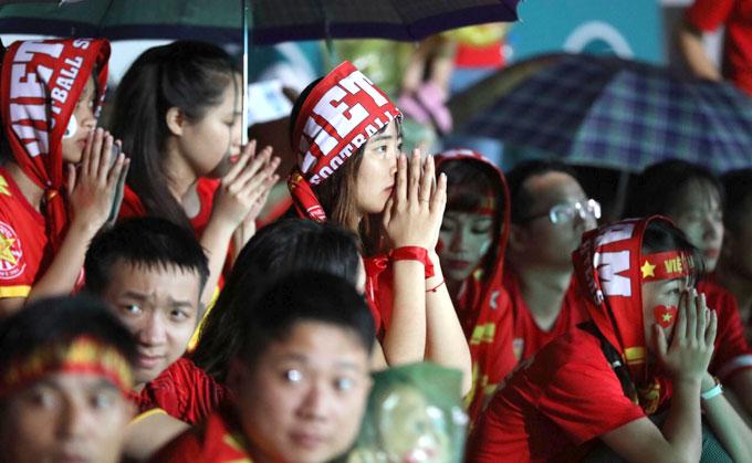 Fan nữ tại sân Hàng Đẫy, Hà Nội cầu nguyện khi khung thành Bùi Tiến Dũng liên tục bị uy hiếp.