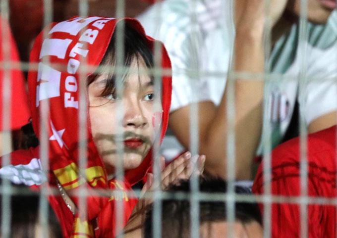 ... lo lắng khi trận đấu diễn ra căng thẳng. Việt Nam đối mặt với nhiều tình huống nguy hiểm trong suốt 120 phút.