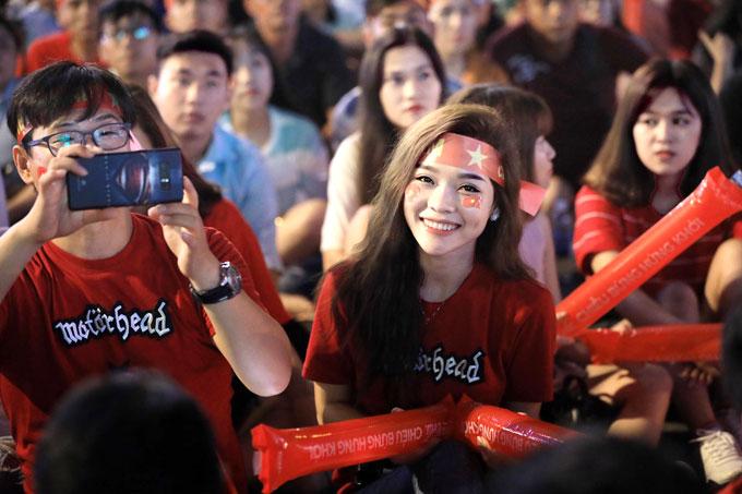 CĐV Sài Gòn sớm đổ ra đường để cùng theo dõi trận đấu Việt Nam - Syria ở tứ kết môn bóng đá nam Asiad. Các fan nữ xuất hiện không ít, cổ vũ những cầu thủ thần thượng.