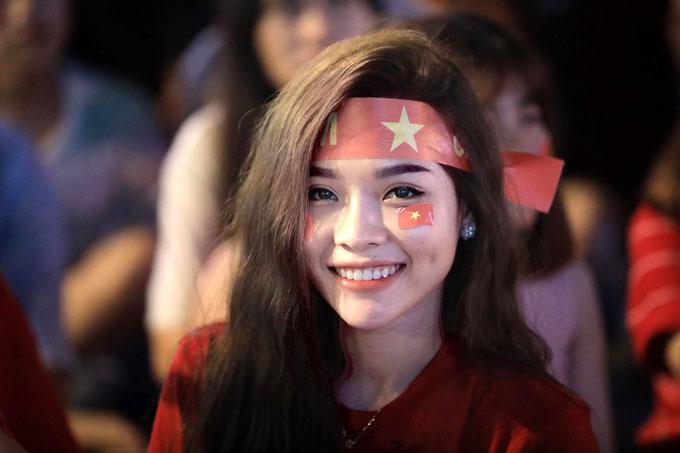 Sự xuất hiện của các bóng hồng khiến không khí cổ động thêm hào hứng. Văn Quyết và các đồng đội có thêm nguồn sức mạnh từ các CĐV ở quê nhà. Thực tế, Việt Nam trải qua trận đấu hao tổn thể lực chưa từng có.