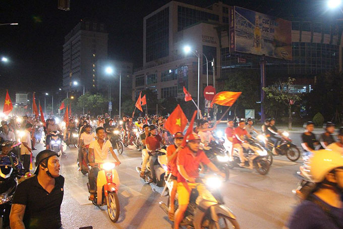 Trong khi đó, ở Hà Tĩnh, sau 12h đêm, người dân vẫn còn rất đông trên trục đường chính của thành phố.
