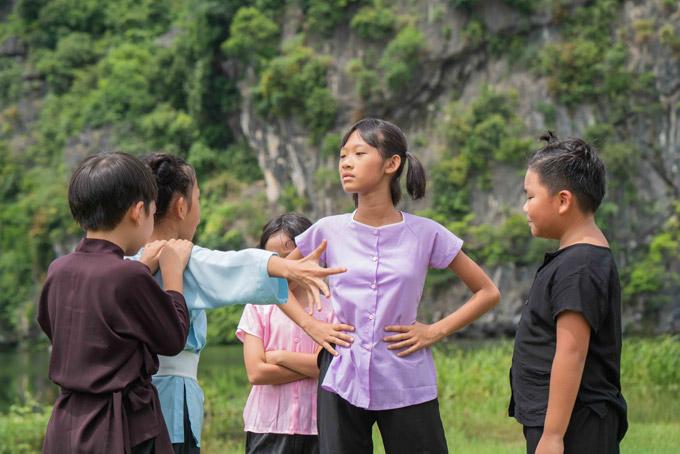 Nữ ca sĩ kể, 3 con rất hào hứng, luyện tập mỗi ngày để vào vai đàn anh, đàn chị trong MV. Cô muốn con tiếp xúc với nghệ thuật bởi các bé đều có năng khiếu từ nhỏ.