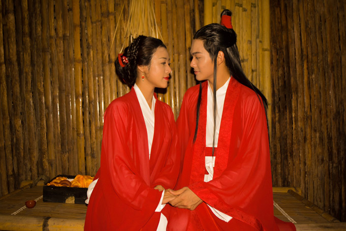 Nội dung MV kể về câu chuyện tình đẹp của đôi trai tài, gái sắc Thanh Phong và Lam Thương. Cả hai bên nhau từ thuở ấu thơ, cùng lớn lên, sát cánh ra chiến trường.