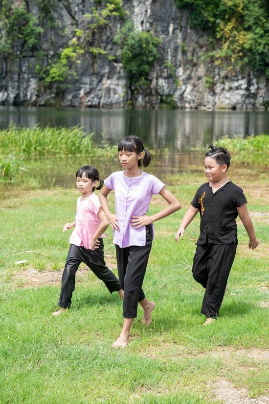 Trong MV còn có sự xuất hiện đặc biệt của hai con gái và cậu con trai nuôi của vợ chồng Hoa Trần - NSƯT Việt Hoàn. Các nhóc tỳ diễn xuất trong phân đoạn đám trẻ nô đùa và bắt nạt nhau.