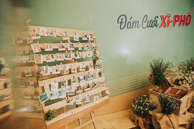 Xì - Phố là tên gọi thân mật của Sài Gòn xưa, được lưu truyền trong dân gian. Bảng màu của hôn lễ vẫn tuân theo tiêu chí nhẹ nhàng, lãng mạn với gam xanh lá pastel, màu trắng và nâu nhạt của những khối gỗ.