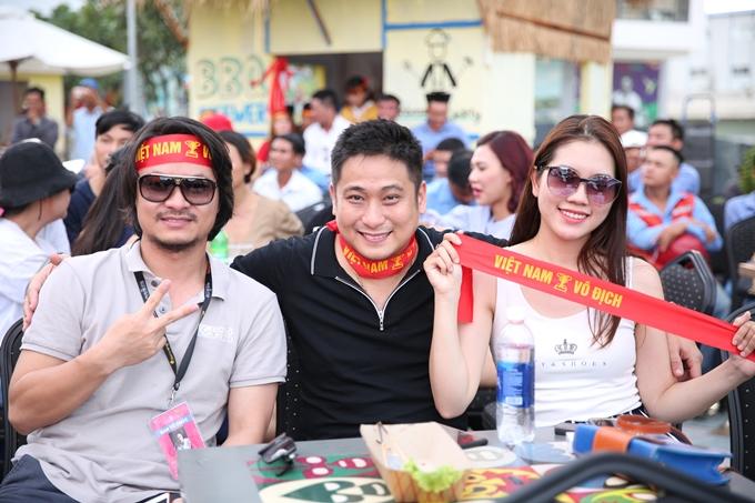 Từ trái qua: đạo diễn Hoàng Nhật Nam,vợ chồng diễn viên Minh Tiệp hòa chung không khí bóng đá cuồng nhiệt.