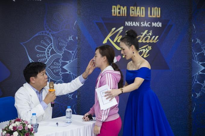 Bác sĩ Tú Dung kiểm tra chiếc mũi của Kim Nguyên