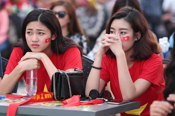 Khi đội nhà bất ngờ bị dẫn trước, các người đẹp tỏ ra lo lắng. Dù vậy, họ vẫn tin tưởng vào tinh thần thi đấu kiên cường, bình tĩnh đáp trả đối phương của đội tuyển Việt Nam.