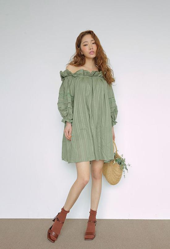 Phụ kiện túi nan, túi lưới cùng các kiểu sandal quai mảnh thường được lựa chọn để mix cùng váy áo trễ vai.