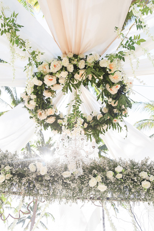 Không gian sảnh tiệc của uyên ương được trang trí bởi rất nhiều hoa tươi, trong đó hồng trắng là chủ đạo.