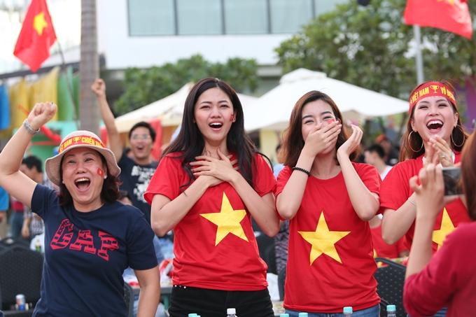 Ba người đẹp cùng khán giả theo dõi vỡ òa cảm xúc với bàn thắng gỡ 1-3 của Minh Vương ở phút 70