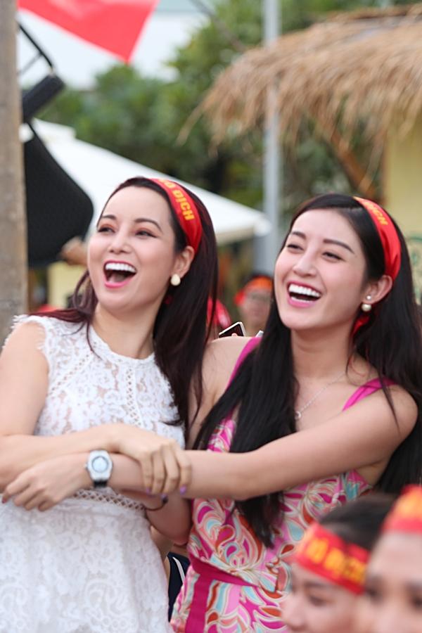Diễn viên Mai Thu Huyền và Á hậu Huyền My ôm chầm nhau, bày tỏ niềm vui sướng.