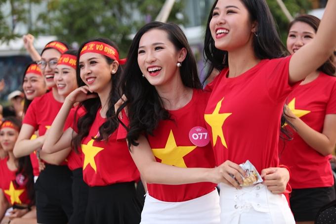 Các thí sinh Hoa hậu Việt Nam 2018 tạm gác lịch trình thi cử dày đặc, cổ vũ các cầu thủ Việt Nam ở trân đấu gặp Hàn Quốc. Họ hạnh phúc trước nỗ lực không ngừng nghỉ của đội nhà trước đối thủ được đánh giá mạnh nhất giải đấu.
