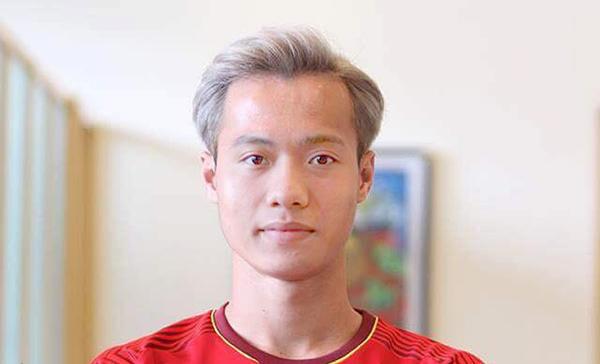 Tiền vệ Phan Văn Đức cũng được khen hợp với kiểu đầu của Văn Toàn.
