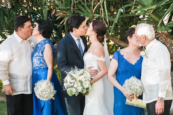 Cha mẹ hai bên rủ nhau mặc đồ ton-sur-ton về màu sắc. Ba cặp vợ chồng trao nhau những nụ hôn ngọt ngào ngay tại đám cưới.