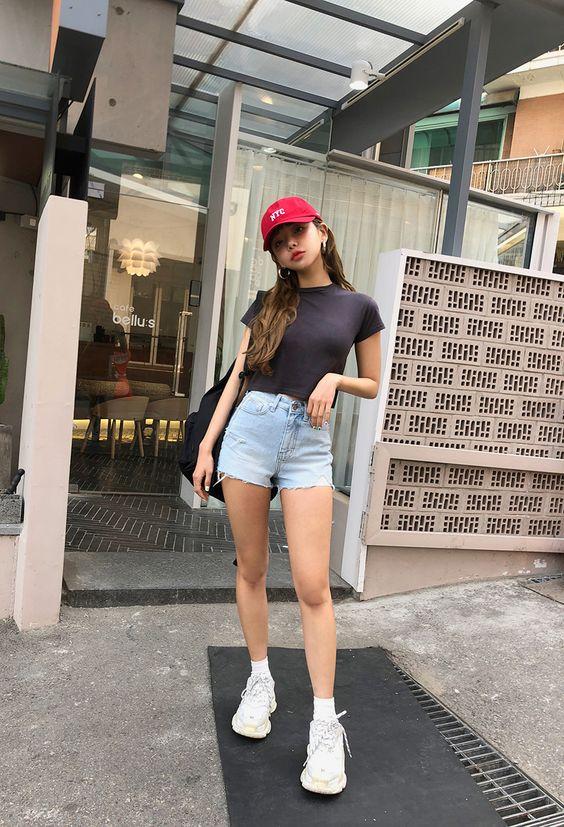 Đối với những bạn gái thích hoạt động thì short thườn được họ phối cùng các kiểu giày thể thao, ba lô và mũ lưỡi trai.
