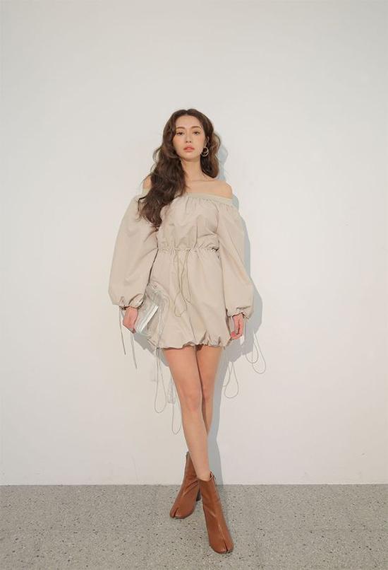 Ở mùa mốt 2018, trang phục trễ vai được tạo điểm nhấn bằng các chi tiết vai chun, tay bồng mang lại sự mới mẻ.