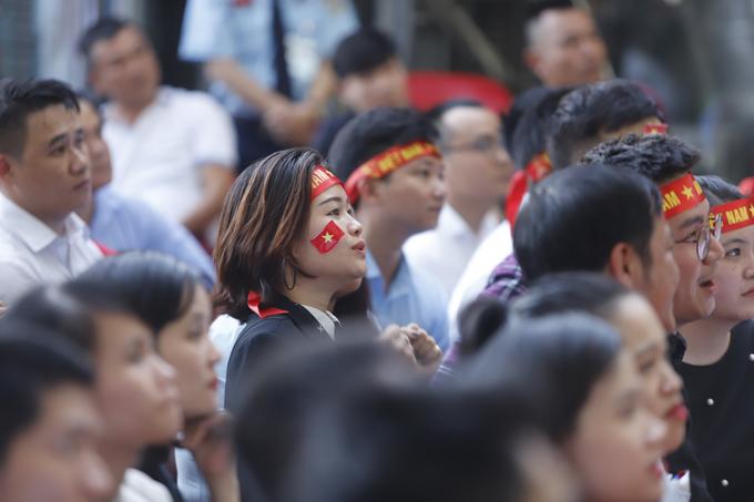 Một fan nữ ở Đà Nẵng hồi hộp trước một cơ hội của các cầu thủ Việt.