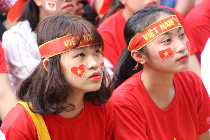 Sinh viên trường Cao đẳng Công nghiệp Huế thất thần trước bàn thua thứ hai trong hiệp 1 của đội tuyển Việt Nam.
