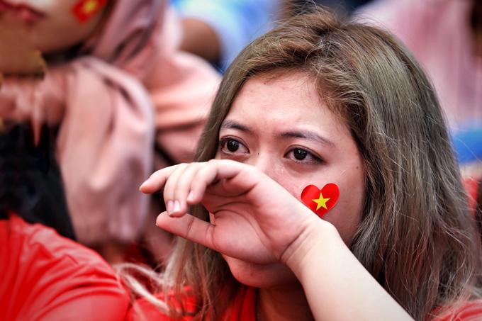 Một CĐV nữ ở Sài Gòn rơi nước mắt khi Việt Nam bị dẫn trước 2-0.