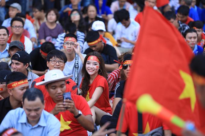 Đủ cung bậc cảm xúc của các CĐV nữ khi xem tuyển Việt Nam thi đấu