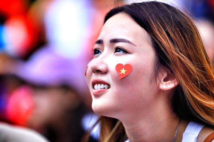 Đủ cung bậc cảm xúc của các CĐV nữ khi xem tuyển Việt Nam thi đấu - 2