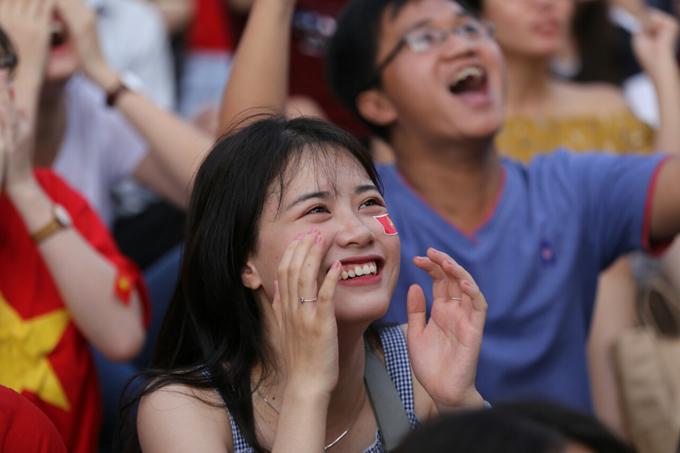 Đủ cung bậc cảm xúc của các CĐV nữ khi xem tuyển Việt Nam thi đấu - 3