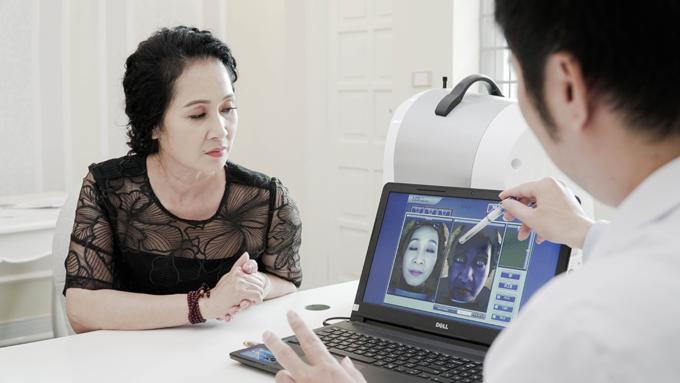 NSND Lan Hương được bác sĩ khám và lên phác đồtrị nám bằng công nghệ Laser Complete.