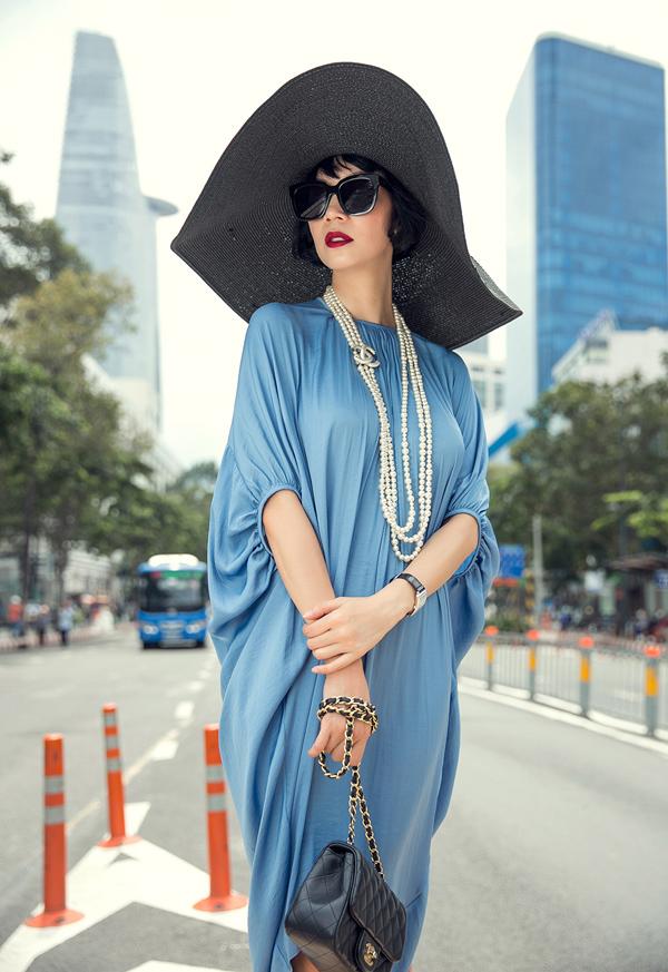 Nếu như vòng cổ ngọc trai hòa quyện cùng sắc xanh thì loạt phụ kiện màu đen lại trở thành nét chấm phá đắt giá cho tổng thể.