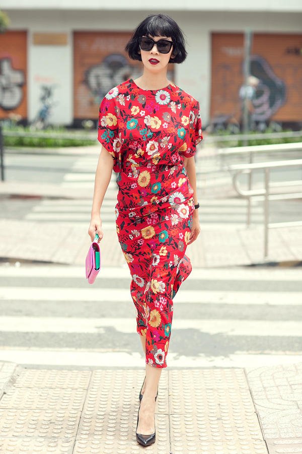 Set đồ kết hợp giữa áo tay rộng và chân váy thanh lịch trông như một vườn hoa nhiệt đới rực rỡ.