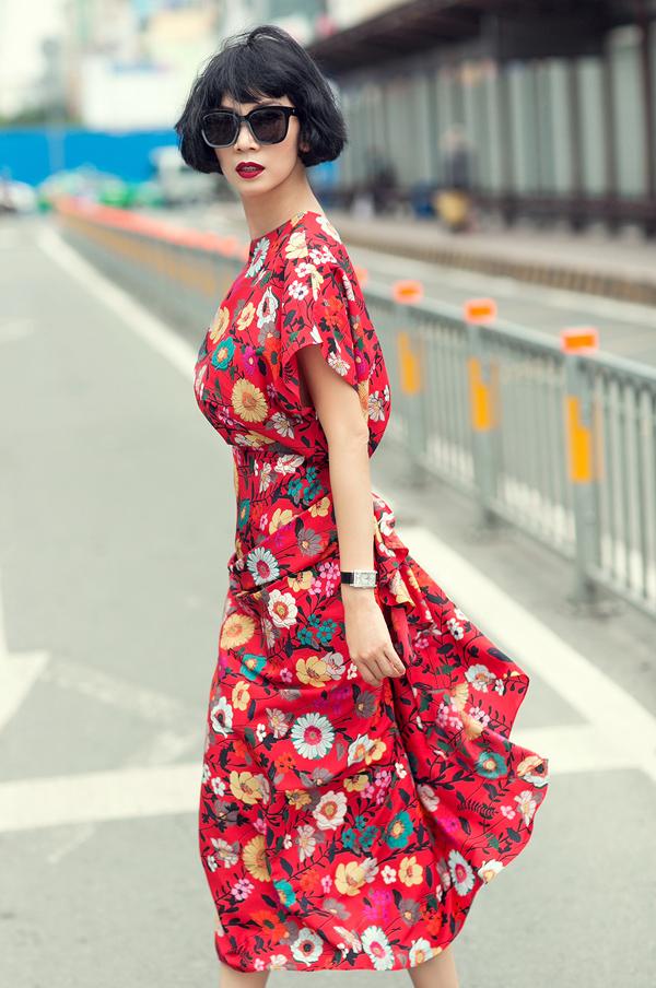 Chiếc chân váy này chính là mẫu trang phục hot nhất thời gian qua của Đỗ Mạnh Cường, nhưng được mặc theo cách khác để tạo sự mới mẻ.