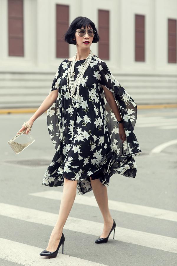 Bộ đầm chiffon phom rộng, nhiều tầng dễ dàng phù hợp mọi thân hình, mang đến vẻ bay bổng cho mỗi bước chân.