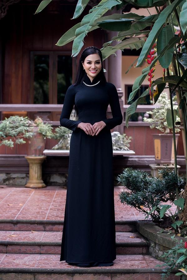 Nữ hoàng sắc đẹp doanh nhân 2018 chọn vòng ngọc trai cổ điển tạo điểm nhấntrên nền tà áo dài đen.