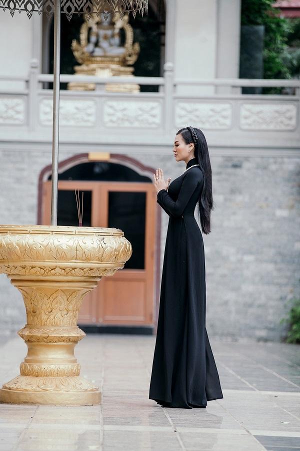 Chọn áo dài đen đi chùa, Trần Huyền Nhung vừa thể hiện nét văn hóa độc đáo của dân tộc, vừa tôn lên vẻ đẹp dịu dàng của người con gái Việt Nam.