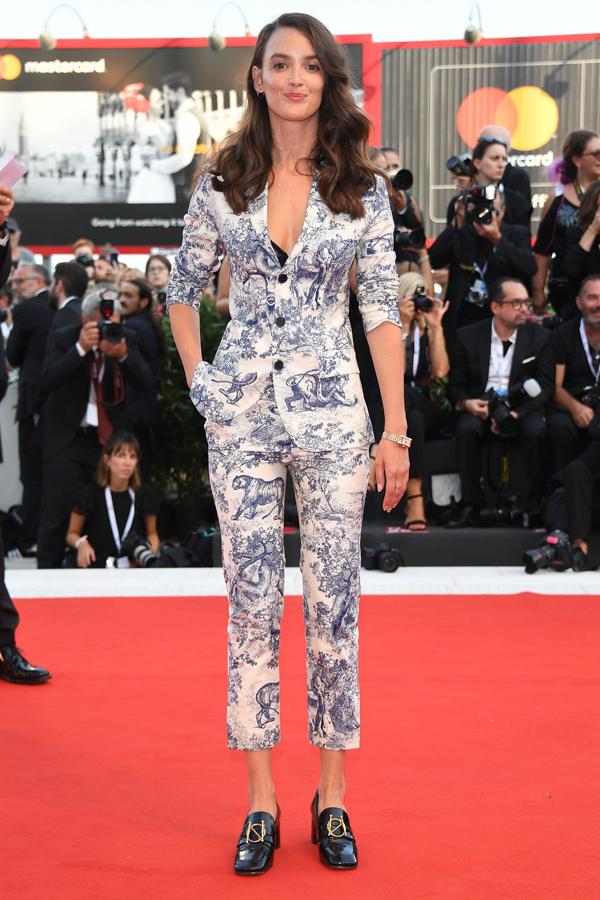 Không xúng xính đầm dài như các mỹ nhân khác, diễn viên kiêm người mẫu Charlotte Le Bon gây ấn tượng trong bộ suit họa tiết tôn dáng.