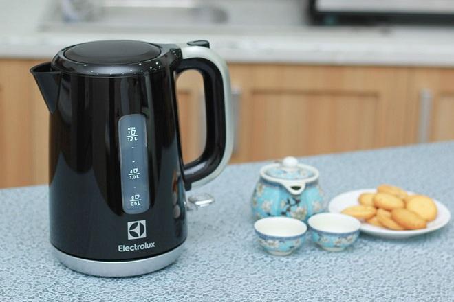 Với nhiều lợi ích như đun nước nhanh chóng tiện dụng, tiết kiệm năng lượng và an toàn cho người sử dụng, ấm siêu tốc là vật dụng không thể thiếu trong mỗi gia đình. Chiếc bình tiện lợi khi muốn pha trà, cà phê hay sữa, đồ ăn liền..., chỉ cần3 phútđun sôi từ 1,2 đến 1,5 lít nước.Để chọn mua sản phẩm chất lượng, có độ bền cao, các cặp đôicần lưu ý đến bộ điều kiển, chất liệu cũng như dung tích ấm, chọn sản phẩm từ có tem, mác rõ nét và bảo hành đầy đủ.Màu đen sang trọng,thiết kế mang kiểu dáng truyền thống, cổ điển,ấm đun nước Electroluxdung tích 1,7 lít có giá 599.000 đồng. Đế xoay 360 độ giúp người sử dụngcó thể đặt bình để nấu nước ở những phương hướng và góc độ khác nhau một cách dễ dàng. Sản phẩm với mặt trong làm bằng nhựa cao cấp, mâm nhiệt bằng thép không gỉ, hạn chế sự cố rò rỉ điện, đảm bảo sức khỏe.