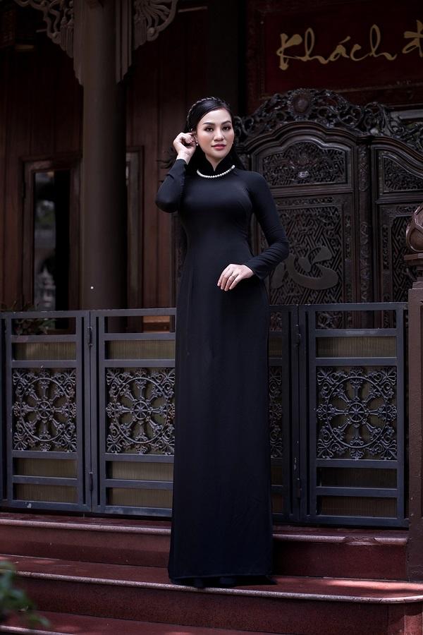 Áo dài nằm trong bộ sưu tập của nhà thiết kếTuấn Hải. Nữ doanh nhân Huyền Trang thường xuyên lựa chọn trang phục truyền thống do anh thiết kế, từ những chiếcáo dài trơn đơn giản đếnmẫu quốc phục kỳ công.