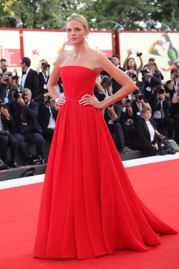 Thiết kế đỏ rực giúp người đẹp phim The Three Musketeers Gabriella Wilde trở nên nổi bật hơn.