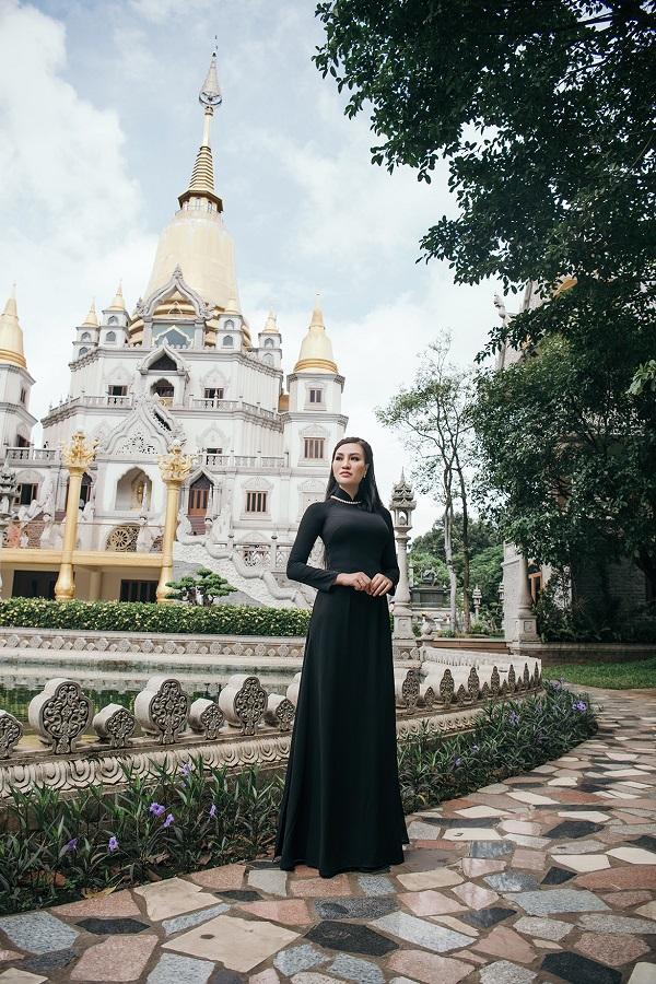 Theo cô, áo dài của Tuấn Hải có phom, dáng phù hợp với vóc dáng của cô, giúp tôn vẻ dịu dàng, quý phái khi mặc.