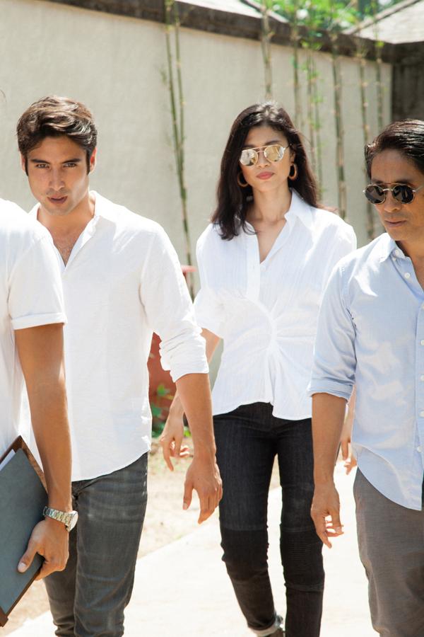 Cả bốn thành viên trong gia đình đều mặc sơ mi trắng giản dị cùng quần jeans khoẻ khoắn.