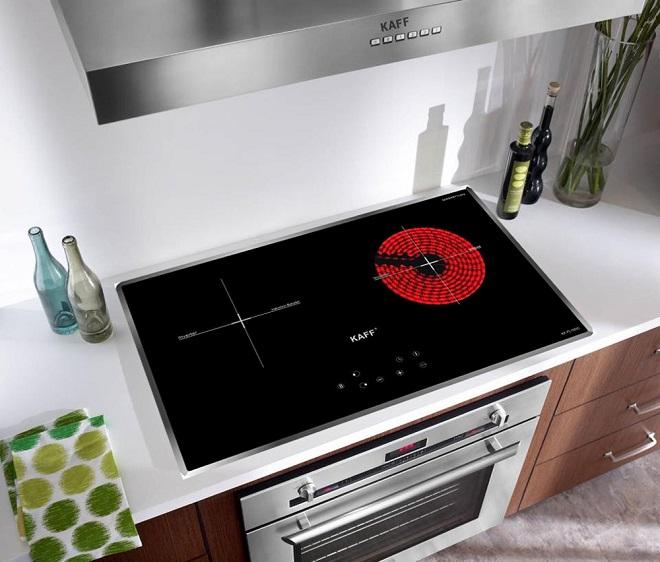 Một chiếc bếp sẽ giúp vợ chồng trẻ dễ dàng chuẩn bị bữa cơm cho gia đình. Hiện nay trên thị trường có rất nhiều loại bếp khác nhau phân thành 3 loại chính là:bếp gas,bếp hồng ngoạivàbếp điện từ. Tùy vào không gian, sở thích và điều kiện kinh tế, cặp đôi có thể lựa chọn những loại bếp dễ sử dụng, an toàn và tiết kiệm cho nhà mình.Thuộc dòng bếp điện từcủa thương hiệu thiết bị nhà bếp nổi tiếng tại Đức, bếp từ đôi hồng ngoại cảm ứng KAFFlà sự kết hợpgiữa mộtbên bếp từ (sử dụng các bộ nồi chảo inox có từ tính, tiết kiệm điện,đun nấu nhanh) và một bên bếp điện hồng ngoại (không kén nồi,có thể nướng trực tiếp trên bề mặt bếp). Sản phẩmtrang bị mặt kính Crytalchống sốc nhiệt 800 độ C,truyền nhiệt tốt và chống xước,tuổi thọ sử dụng lâu dài, bảo hành 5 năm. Sản phẩm hiện đang ưu đã giảm giá 25% tặng kèm quạt hút mùi, bộ nồi inox cao cấp và phiếu mua hàng trị giá 1 triệu đồng tại Store Ngôi Sao.