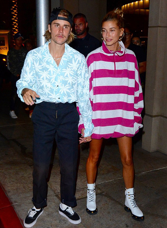 Justin Bieber và Hailey Baldwin tay trong tay đến nhà thờ Hillsong ở Los Angeles tối 29/8. Trong khi Hailey diện mốt giấu quần phóng khoáng, Justin lại kín cổng cao tường với quần âu và áo hoa sơ vin.