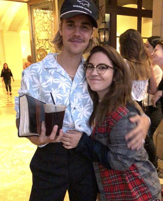 Tuy ngoại hình không còn bảnh bao như xưa nhưng ngược lại, ngôi sao 24 tuổi lại được các fan yêu mến nhiều hơn vì tính cách thân thiện, cởi mở. Trước đây, Justin luôn dị ứng chụp hình với người hâm mộ nhưng nay anh thường nán lại trò chuyện với mọi người.