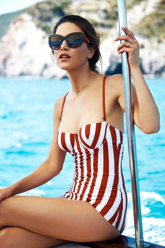 Đồ bơi họa tiết kẻ cho kỳ nghỉ ở biển thêm hứng khởi